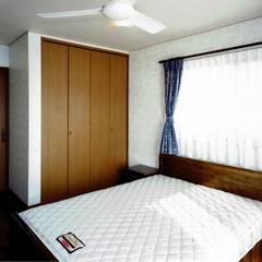 欧州のアンティーク家具・建材を揃えた別荘:週末邸宅: 無二建築設計事務所が手掛けた寝室です。,