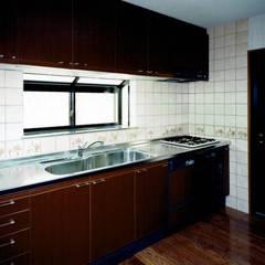 欧州のアンティーク家具・建材を揃えた別荘:週末邸宅: 無二建築設計事務所が手掛けたシステムキッチンです。,クラシック 木 木目調