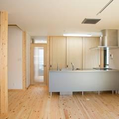 子育てに優しい自然素材:無垢材を使った外張り断熱の高気密高断熱住宅:制震住宅: 中浦建築事務所が手掛けたシステムキッチンです。