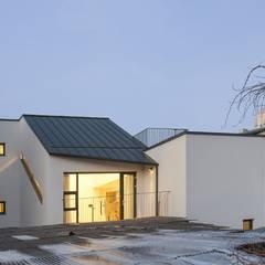 청평 정적의 집: 'Snow AIDe의  지붕,모던