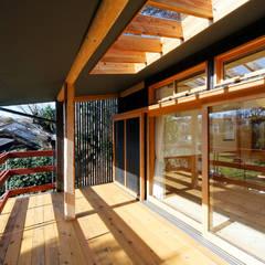 百草の家: アービア設計事務所が手掛けたテラス・ベランダです。,カントリー