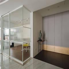 minimalistische Studeerkamer/kantoor door 直方設計有限公司