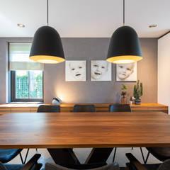 Salle à manger moderne par Aangenaam Interieuradvies Moderne Bois massif Multicolore