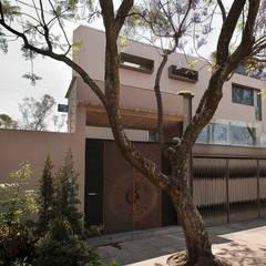 Fachada principal: Casas unifamiliares de estilo  por Paola Calzada Arquitectos