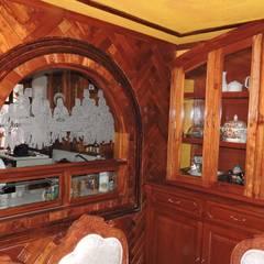 Ventana de servicio (Cocina y Comedor) en madera y con vidrio esmerilado.: Comedores de estilo rústico por La Casa del Diseño