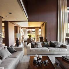 Дом в стиле современного шале с водоемом и садом: Гостиная в . Автор – AMG project,