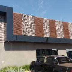 cobogó na fachada. Muito legal: Edifícios comerciais  por MAGEN | Revestimentos Cimentícios