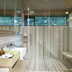 Baño principal de mármol: Baños de estilo  por Paola Calzada Arquitectos