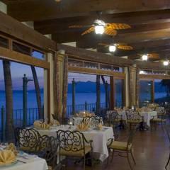 Villa del Palmar Flamingos: Comedores de estilo topical por Facere Arquitectura
