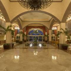 Couloir et hall d'entrée de style  par Facere Arquitectura
