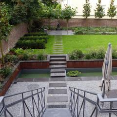 Eine Trittplattenachse als starke Raumverbindung: moderner Garten von Terramanus Landschaftsarchitektur