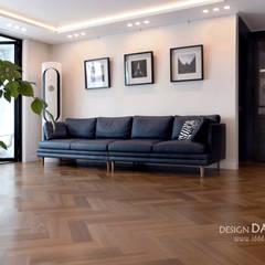 화이트와 헤링본마루의 조화가 멋스런 모던한 공간 수원시 영통구 영통동 벽산삼익아파트 33평 모던스타일 거실 by 디자인담다 모던