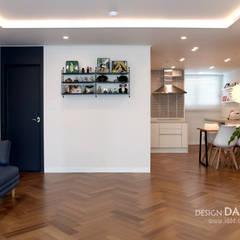 화이트와 헤링본마루의 조화가 멋스런  모던한 공간 수원시 영통구 영통동 벽산삼익아파트 33평: 디자인담다의  다이닝 룸