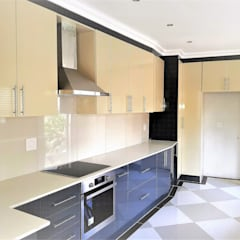 Modern Kitchen Revamp - High Gloss Two-tone :  Built-in kitchens by Zingana Kitchens and Cabinetry ,