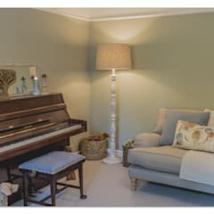 Quiet room:  Living room by Louise Misell Interiors