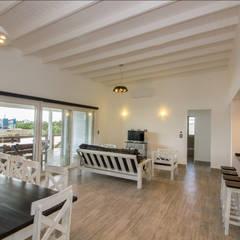 Living comedor con acceso a la terraza: Livings de estilo minimalista por JOM HOUSES