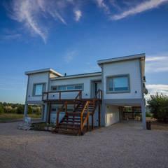Fachada del acceso principal a la casa: Casas unifamiliares de estilo  por JOM HOUSES