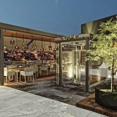 Exterior noche: Restaurantes de estilo  por Rapzzodia Interiorismo