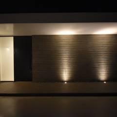 プライバシーに配慮した温かみのあるモダンな家: 有限会社 秀林組が手掛けた一戸建て住宅です。