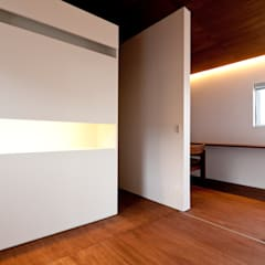 n house: Takeru Shoji Architects.Co.,Ltdが手掛けた書斎です。
