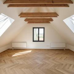 Zimmer im Dachgeschoss: skandinavische Kinderzimmer von Fiedler + Partner