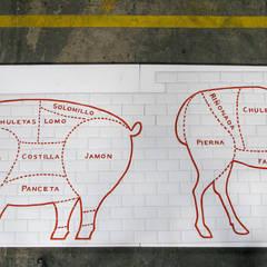 Mural pintado a mano para puesto carnicería en el Mercado Central de Valencia : Espacios comerciales de estilo  de Artelux