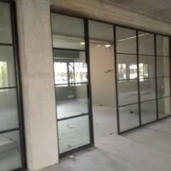 Glas/Stahl   Trennwand:  Bürogebäude von Exellentworkers