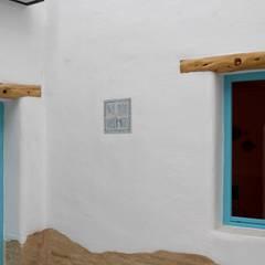 Rotulación para los apartamentos La Más Bonita. : Hoteles de estilo  de Artelux