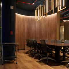 Habilitación Oficina Alonso de Monroy: Estudios y biblioteca de estilo  por LEON CAMPINO ARQUITECTURA SPA