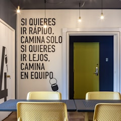 Oficina Autofact: Estudios y biblioteca de estilo  por LEON CAMPINO ARQUITECTURA SPA