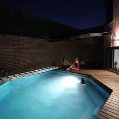 Remodelación Casa Oscar Burgos: Albercas de jardín de estilo  por SARQ SM