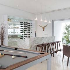 Casa Blanca: Salas multimedia de estilo moderno por Carlos De La Rosa