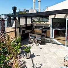 Um duplex para conviver, festejar e relaxar : Terraços  por +2 Arquitetura