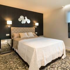 Dormitorio principal decorado con papel Kandy en color negro y mesitas de espejo. El cabecero es de lino en modelo capitoné.: Dormitorios de estilo  de Keinzo Interiores