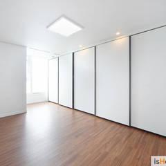 헤링본 마루가 매력적인 44평 송도아파트  : 이즈홈의  방