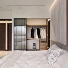 紋理.線條:  更衣室 by 層層室內裝修設計有限公司