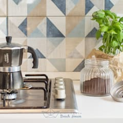 : scandinavian Kitchen by Habitat Home Staging & Photography
