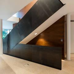 Villa am Rande des Wienerwaldes:  Treppe von RATAPLAN - Architektur ZT GmbH