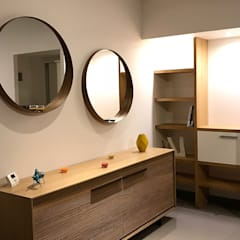 conception et fabrication d'agencements divers en chêne clair par un ébéniste: Salon de style de style Minimaliste par VALERIE BARTHE AiC