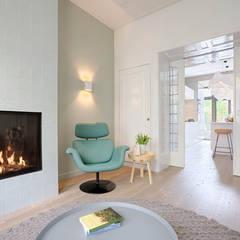Verbouwing van herenhuis Oud ontmoet Modern:  Woonkamer door StrandNL architectuur en interieur