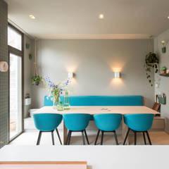 Verbouwing van herenhuis Oud ontmoet Modern:  Eetkamer door StrandNL architectuur en interieur