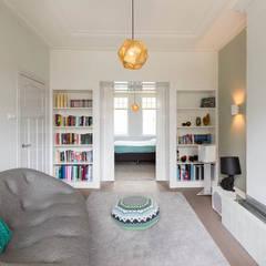 tv-/relaxkamer in openstaande verbinding met master bedroom:  Mediakamer door StrandNL architectuur en interieur
