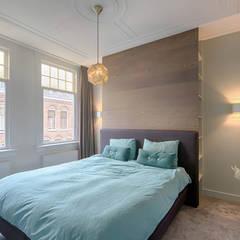 masterbedroom met maatwerkkast:  Slaapkamer door StrandNL architectuur en interieur