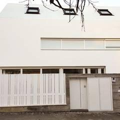 Casa Titania. Vivienda PASSIVHAUS PLUS certificada en Madrid. Fachada. DMDV Arquitectos: Casas unifamilares de estilo  de DMDV Arquitectos