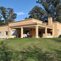Casa LM: Casas de estilo colonial por Gomez Vidaguren Arquitectos