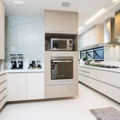 Apartamento Av. Beira Mar: Armários e bancadas de cozinha  por RI Arquitetura