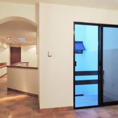 Casa Tesalia / DOOR arquitectos: Pasillos y recibidores de estilo  por DOOR arquitectos