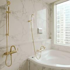 호텔같은 복층 펜트하우스 인테리어: 디자인 아버의  욕실