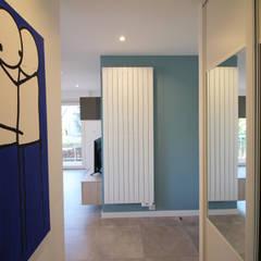 APPARTEMENT T2 A STRASBOURG: Couloir et hall d'entrée de style  par Agence ADI-HOME