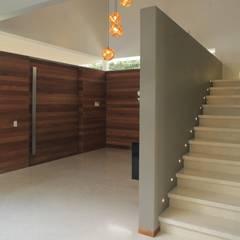 SIETE HOUSE: Escaleras de estilo  por Hernandez Silva Arquitectos